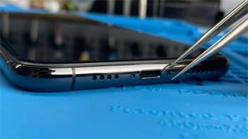 Pulizia, riparazione e sostituzione del connettore dello smartphone a Vigevano